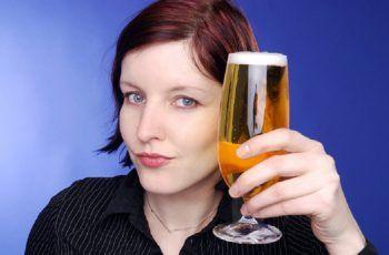 Mujer bebiendo cerveza